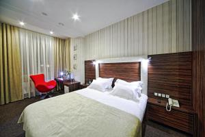 A bed or beds in a room at Atlas Hotel