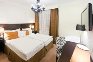 Кровать или кровати в номере Pytloun Design Hotel