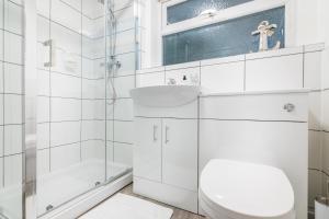 A bathroom at PLATFORM Avenues Apartment 1