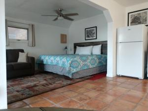 A bed or beds in a room at Jerome Studio Apartment at 557 Main