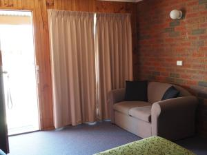 A seating area at Country Road Motel St Arnaud