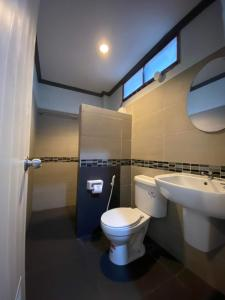 A bathroom at Haad Son Resort (Koh Raham)