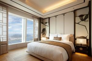 A bed or beds in a room at Signiel Seoul