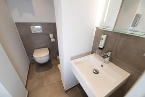 A bathroom at Hotel Alexander