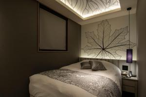A bed or beds in a room at HOTEL REX Akasaka