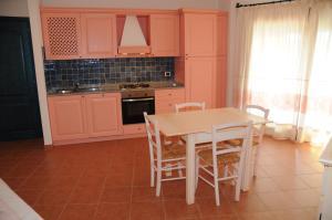 A kitchen or kitchenette at Il Borgo Di Punta Marana