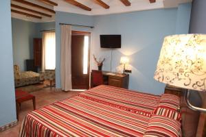 A bed or beds in a room at Hotel Con Encanto La Façana