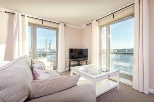 A seating area at Marine View Holiday Apartment Dundee