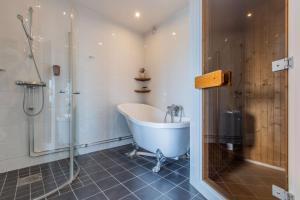 Ett badrum på Park Inn by Radisson Solna