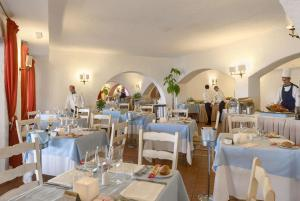A restaurant or other place to eat at Colonna Grand Hotel Capo Testa