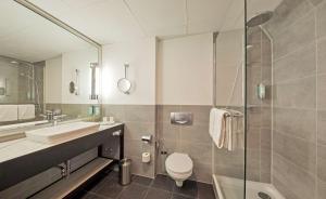 A bathroom at Radisson Blu Hotel Bremen