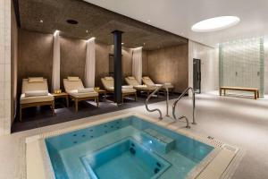 The swimming pool at or close to Radisson Blu Edwardian Heathrow Hotel & Conference Centre, London