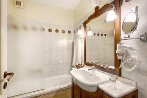 A bathroom at Grand Hotel Smeraldo Beach