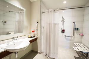 A bathroom at Park Inn San Jose by Radisson