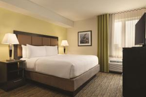 A bed or beds in a room at Park Inn by Radisson, Calgary Airport North, AB