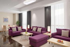 Uma área de estar em Radisson Blu Residence, Dhahran