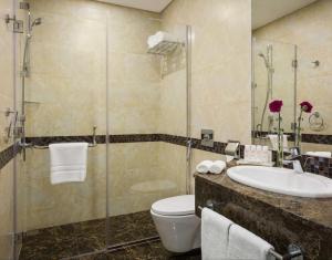 Um banheiro em Radisson Blu Residence, Dhahran