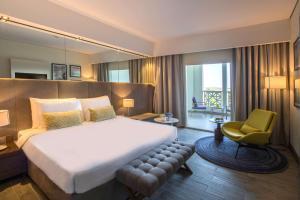 Cama ou camas em um quarto em Radisson Blu Resort, Al Khobar Half Moon Bay