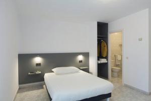 A bed or beds in a room at Pensión Dorotea