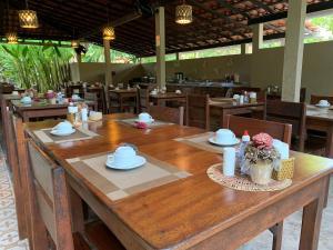 Um restaurante ou outro lugar para comer em Pousada Do Rio