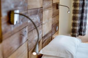 A bed or beds in a room at Chalet Hotel Du Fornet