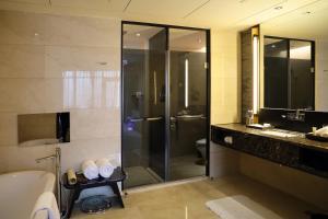 A bathroom at Radisson Blu Hotel Chongqing Sha Ping Ba