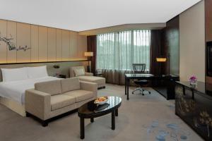 A seating area at Radisson Blu Hotel Chongqing Sha Ping Ba