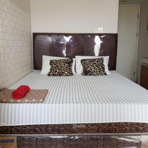 A bed or beds in a room at Spring Lake View Sumarecon Apartment by Vivi