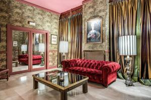 A seating area at Hotel Clodio
