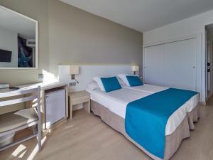 Een bed of bedden in een kamer bij BQ Delfín Azul Hotel
