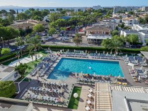 Uitzicht op het zwembad bij BQ Delfín Azul Hotel of in de buurt