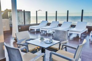 Un restaurante o sitio para comer en Riad Mimouna