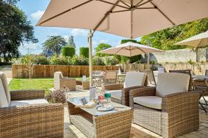 A restaurant or other place to eat at Les Villas d'Arromanches, Les Collectionneurs