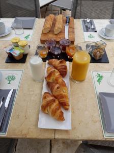 Options de petit-déjeuner proposées aux clients de l'établissement Sous L'Olivier