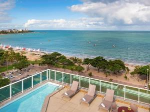 A view of the pool at Mercure Maceio Pajuçara or nearby