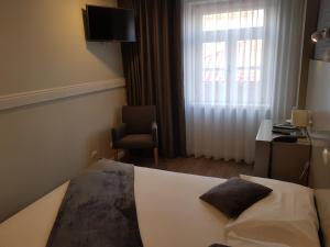 A bed or beds in a room at Hotel Margarida Da Praça