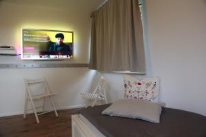 A television and/or entertainment center at Michaelsbergblick