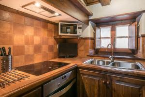 A kitchen or kitchenette at Casa Pomarin by Totiaran