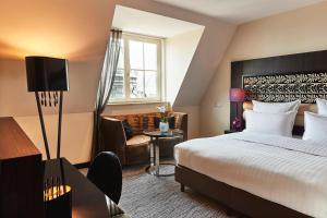 A bed or beds in a room at Steigenberger Grandhotel Handelshof Leipzig