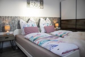 A bed or beds in a room at Bergkristall direkt am Bikepark und Skigebiet, 2 Schlafzimmer, Terrasse, abschließbarer Keller