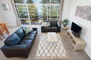 A seating area at View Of Manly Pines And Waves From Large Apartment