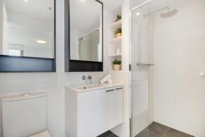 A bathroom at Breathtaking unit with city and racecourse views