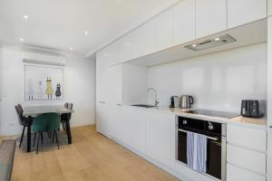 A kitchen or kitchenette at Breathtaking unit with city and racecourse views