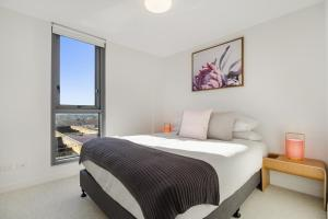 A bed or beds in a room at Breathtaking unit with city and racecourse views