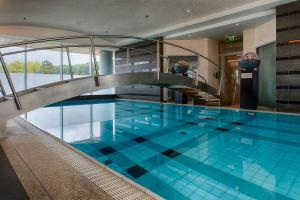 Het zwembad bij of vlak bij Steigenberger Airport Hotel Amsterdam