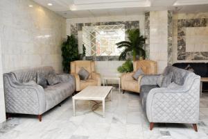 Uma área de estar em Dar Al Bayan Hotel