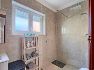 A bathroom at VillaCerta Rooms Estoril
