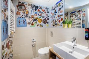 A bathroom at the niu Charly