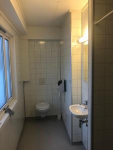 A bathroom at Gjøvik Hovdetun Hostel