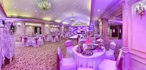 Um restaurante ou outro lugar para comer em Ramada by Wyndham Continental Jeddah